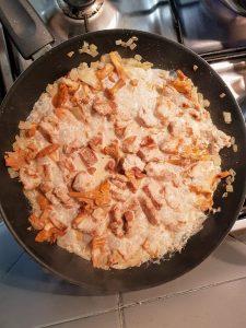 sos z kurkami i kurczakiem gotowy na patelni