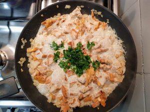 sos z kurkami, kurczakiem, cebulką i śmietanką