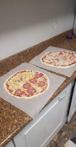 pizze z dodatkami przed pieczeniem