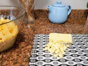 żółty ser pokrojony w kostkę do sałatki
