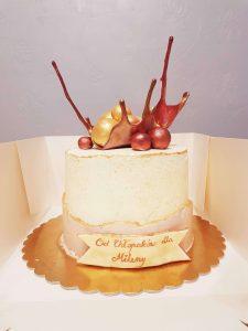 tort z ozdobą z izomaltu
