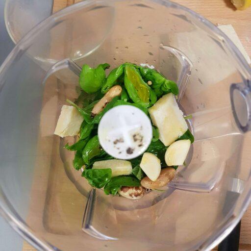bazylia, orzechy, oliwa, ser do przygotowania pesto