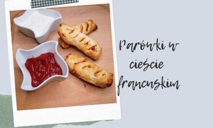 Parówki w cieście francuskim z serem i sosem pomidorowym